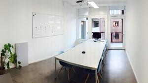 Großer Büroraum in junger Bürogemeinschaft im Bergmann Kiez (32qm Büro + 125qm Gemeinschaftsfläche)