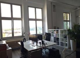 Schreibtisch mit Ausblick auf die Rummelsburger Bucht