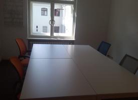 Büroraum mit ca. 18m², möbliert mit 4 Arbeitsplätzen