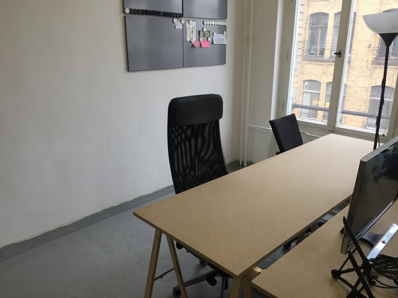 Helles abschließbares Zimmer mit 3 Schreibtischen