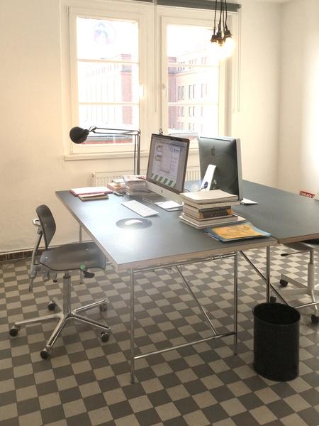 Wir vermieten einen hellen Arbeitsplatz in unserem Designbüro auf dem Malzfabrikgelände
