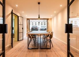 Desk in great coworking office / Fixer Arbeitsplatz in tollem Coworking-Büro