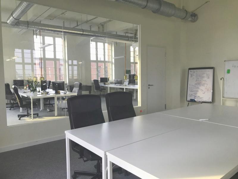 Lichtdurchflutetes Office mit Blick über Berlin und Tempelhofer Hafen