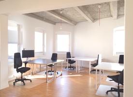 A beautiful team room for six! 3rd floor on a quiet side street in Mitte between Rosenthaler Platz and Rosa-Luxemburg-Platz