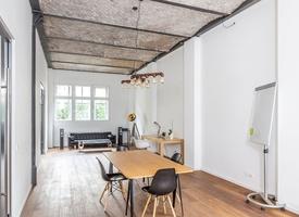 Arbeitsplätze in weiträumigen Loft im Industrie-Design im Herzen von Berlin