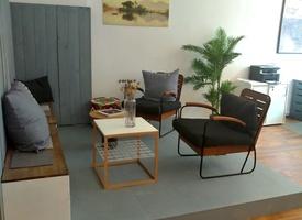 Tisch für Langzeitmieter in Gemeinschaftsbüro