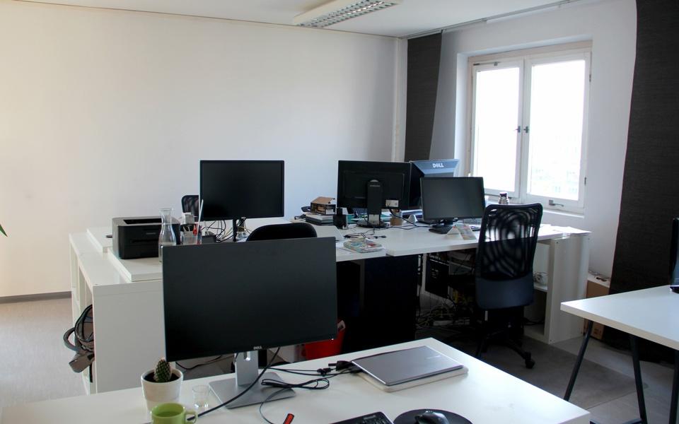 Nette Bürogemeinschaft bietet Schreibtisch mit Panoramablick