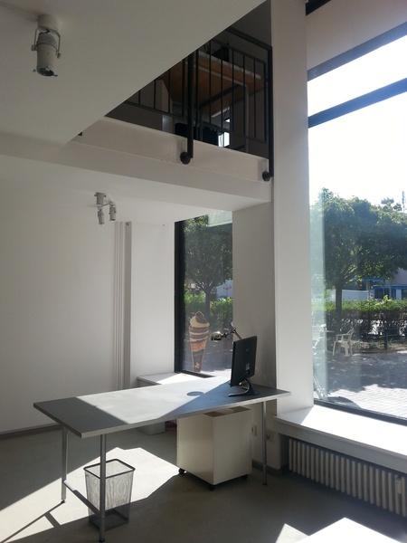 Arbeitsplatz / desk in netter, entspannter Bürogemeinschaft