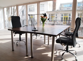 4 Desks for Team / Freelancers in Nice Startup Office
