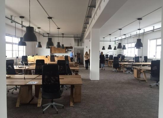 Shared office - 6 furniture desks in Kreuzberger office close to Schlesisches Tor