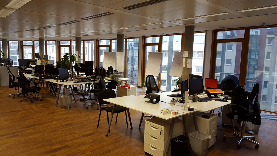 quite, light Room available in nice Office