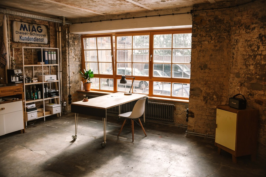 Raumhälfte im rustikalen Büro
