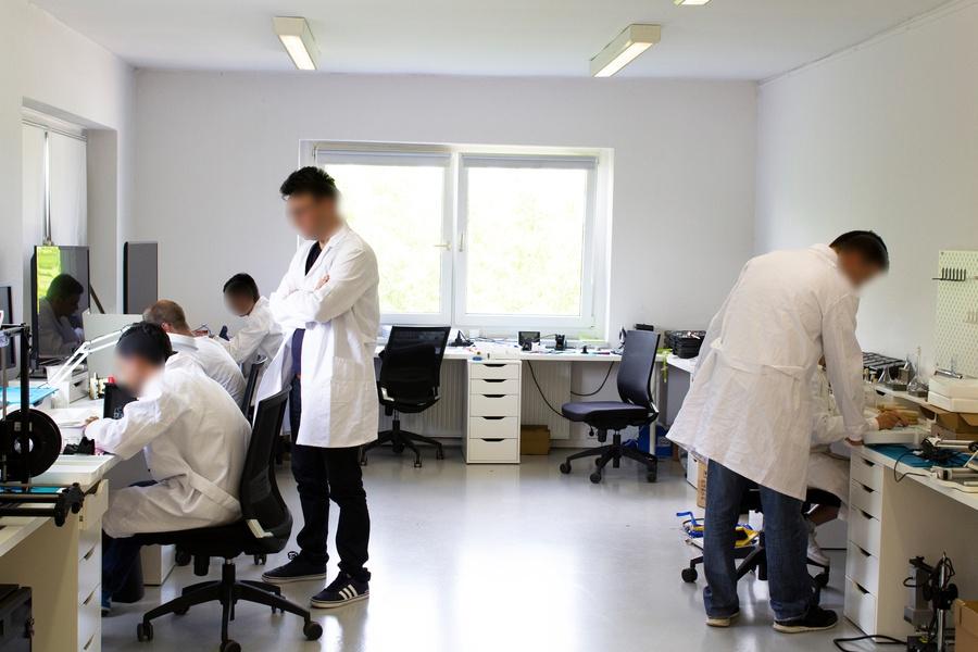 Elektrotechnik Labor ausgestattet mit Möbeln und Elektrogeräten