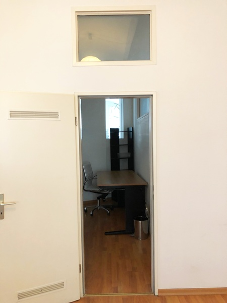 3 desk space available in creative office, Büro, Büroplatz