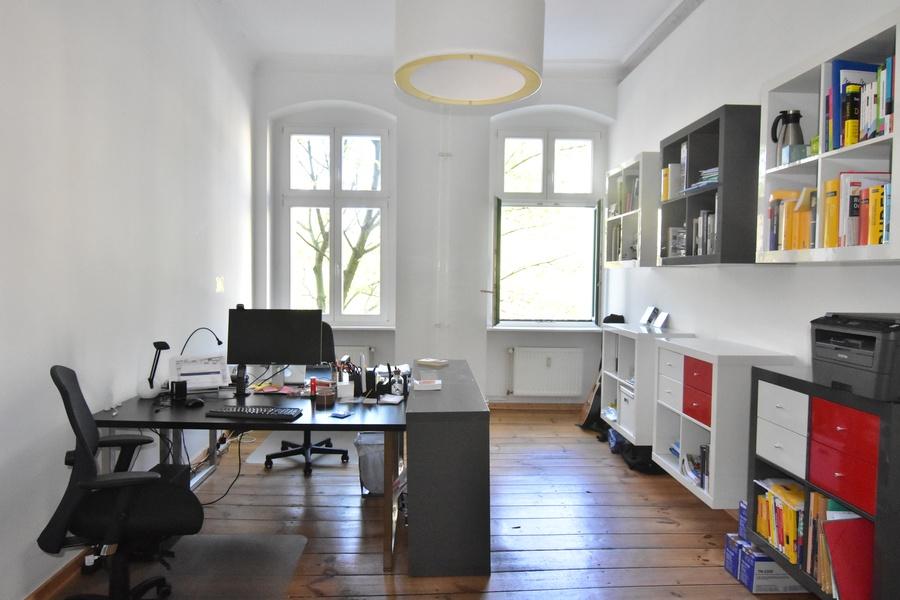 Helle,  freundliche  Büro-Arbeitsplätze  zum  1.  August  frei!  (früherer  Einzug  möglich)  |  Südseite  Vorderhaus  mit  Balkon