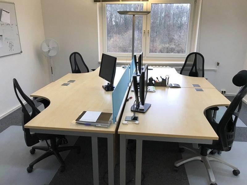 Arbeitsplatz mit großem Tisch, Drehsessel Küchen und Meetingraumnutzung