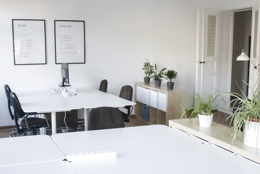 Single or team fixed desks in stunning room with Maybachufer view