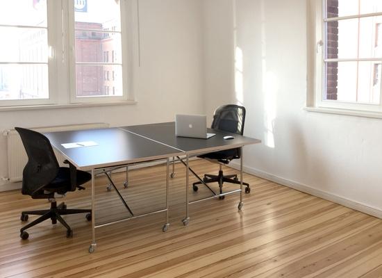 Heller Büroraum mit 2 Arbeitsplätzen