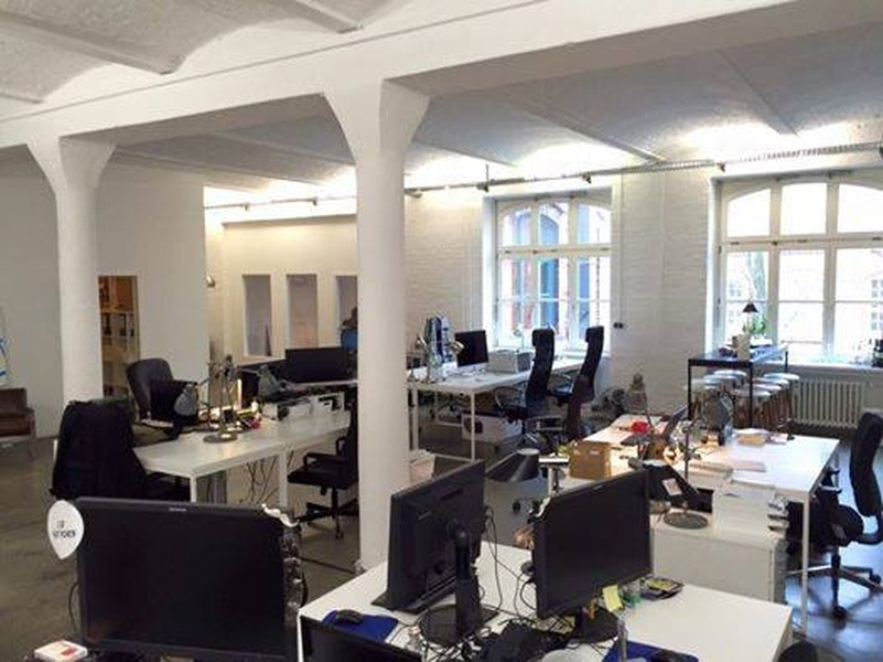 Beautiful Kreuzberg loft office (incl. meeting room) has a couple of spare desks! Perfect for start-ups and small companies!