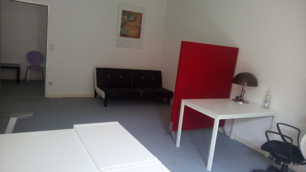 Büroraum mit ca. 30m², aktuell mit 3 Arbeitsplätzen möbliert, bis zu 6 Arbeitsplätze möglich