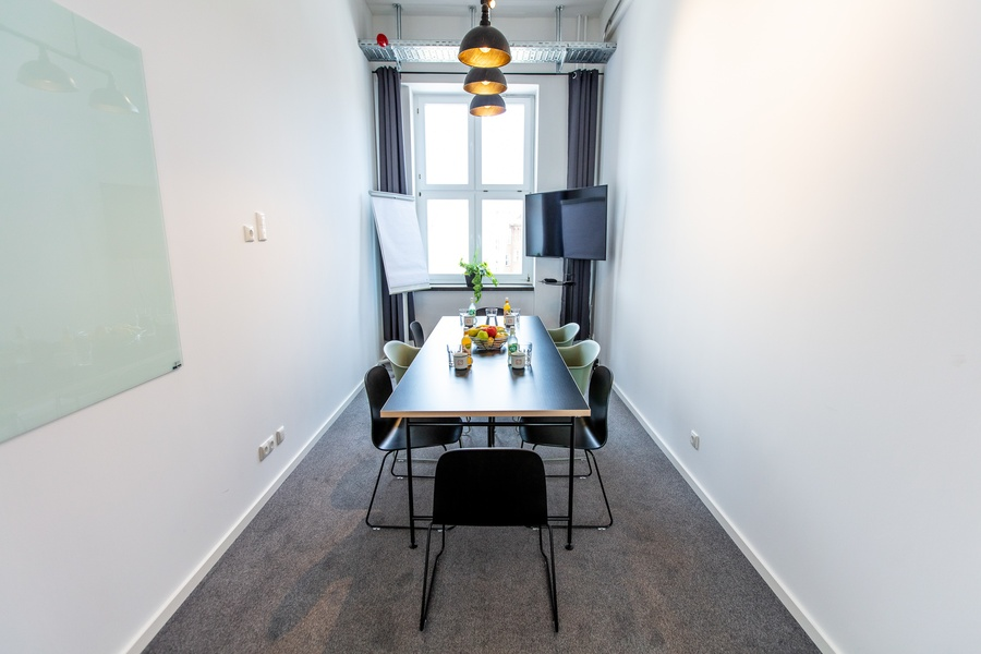 Spacious office with all amenities of working in a temporary environment