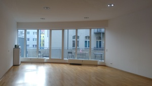 Schönes Büro mit großem Balkon in Kreuzmitte