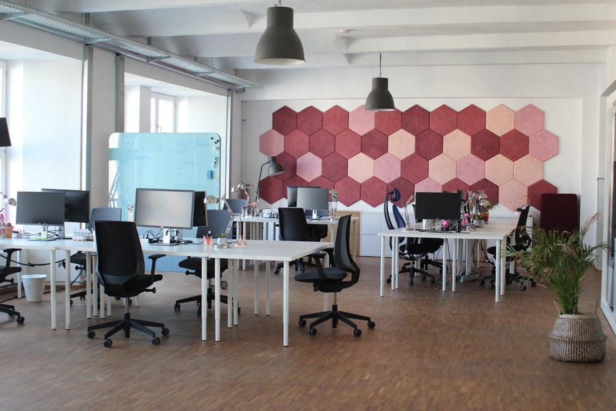 Light and fully equipped desk, centrally located in Kreuzberg.