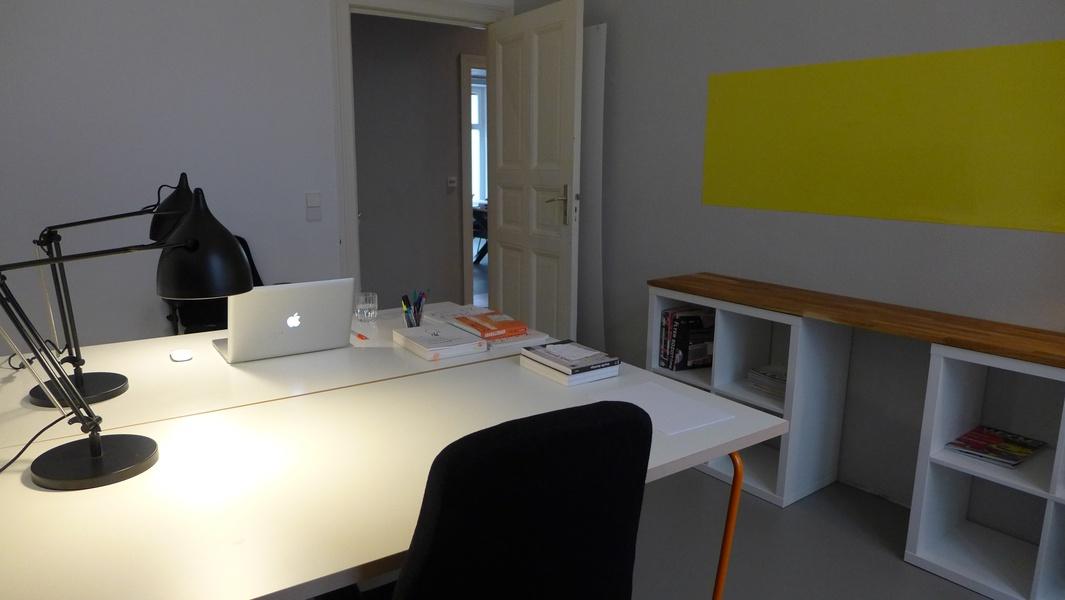 ein eingerichteter Arbeitsplätze in schönem Büro im Winsviertel an eine Frau zu vermieten.