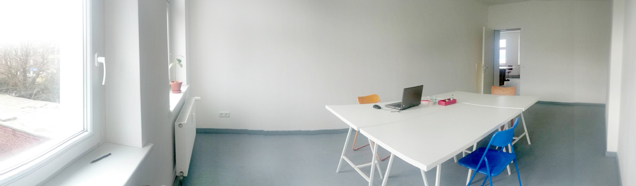 1 desk to let in spacious coworking space