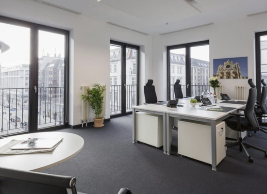Tenant for large and modern furnished corner office in excellent location (6-8) desks / NACHMIETER gesucht